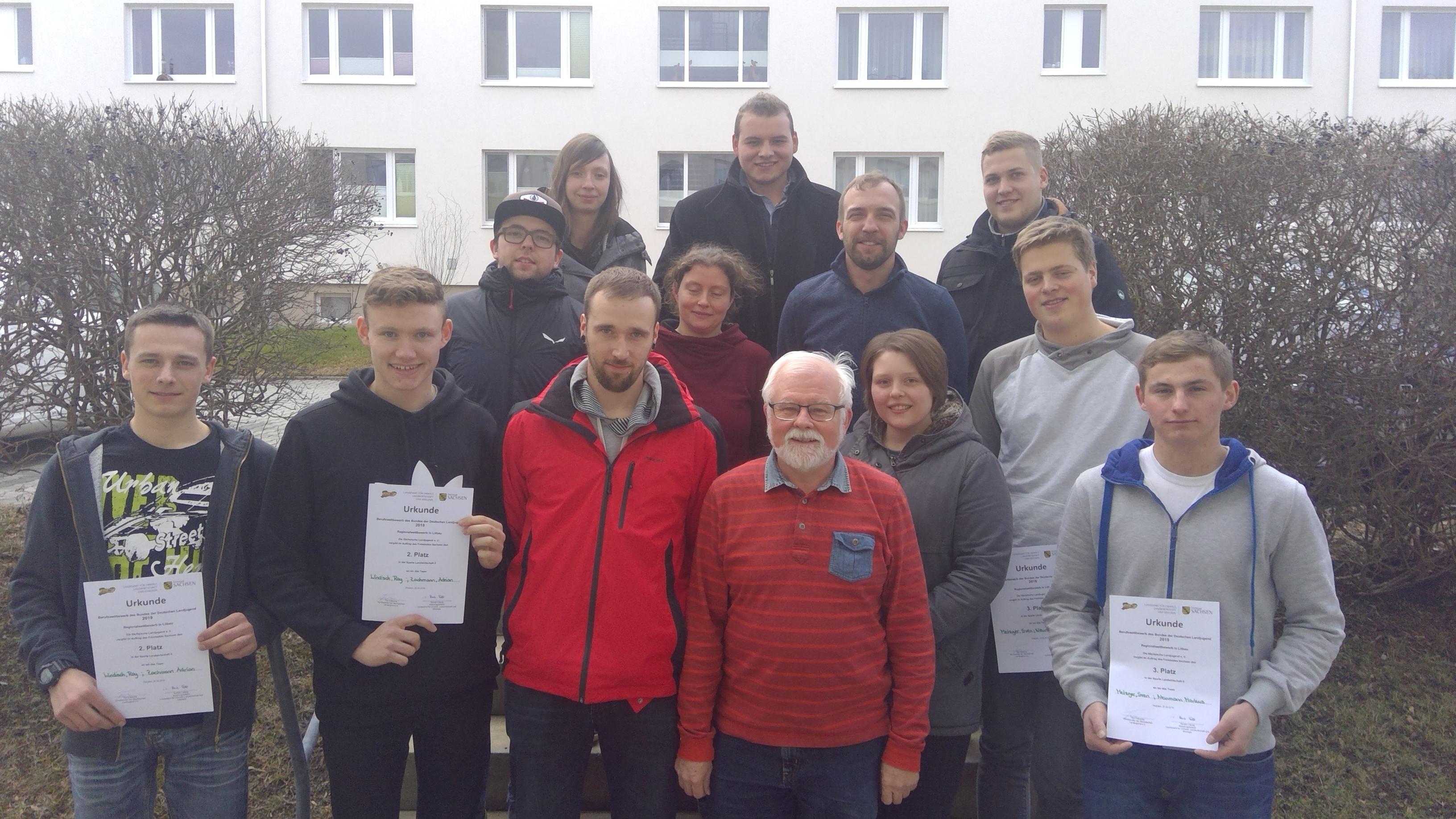 Dr. Flammiger mit allen Teilnehmer*innen zum heutigen Erstentscheid an der FS Löbau
