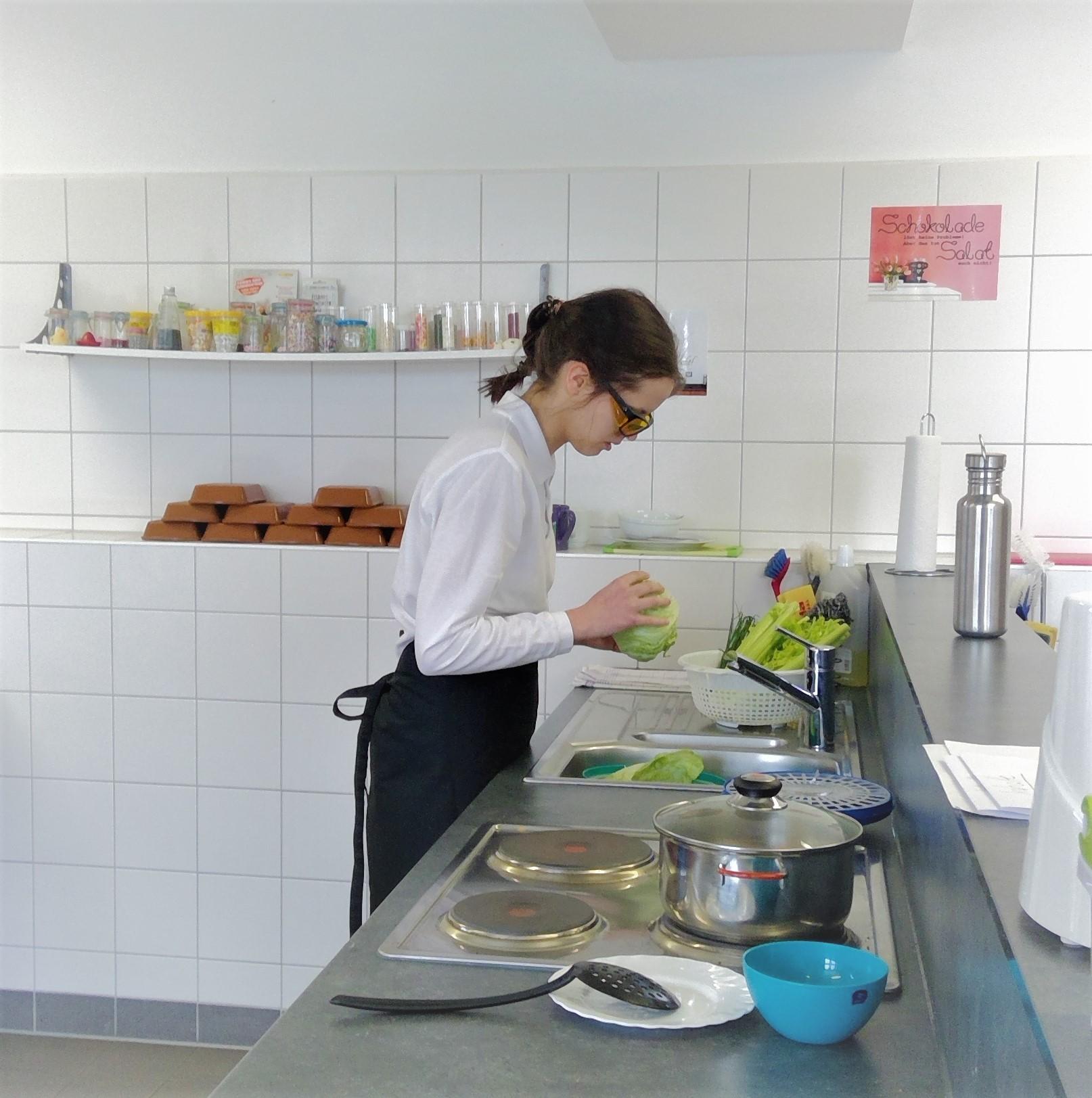 Die Gewinnerin Julia Gohrt bei der Zubereitung ihrer Salate